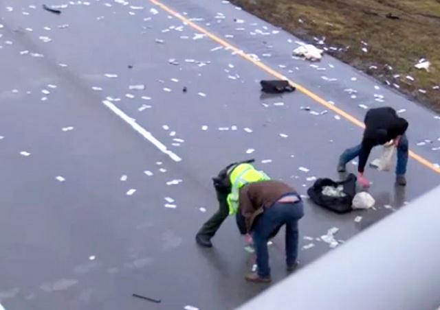 В США после аварии шоссе засыпало деньгами: видео
