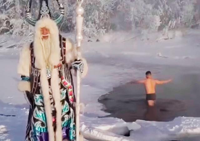Якутский министр искупался в 63-градусный мороз для привлечения туристов