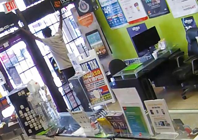 Продавщица заперла недальновидного грабителя в магазине: видео
