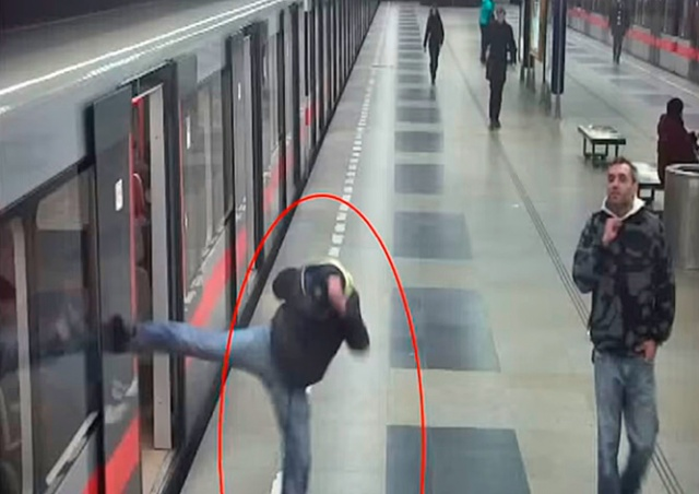 «Карате-вандал» разбил окно поезда в пражском метро: видео