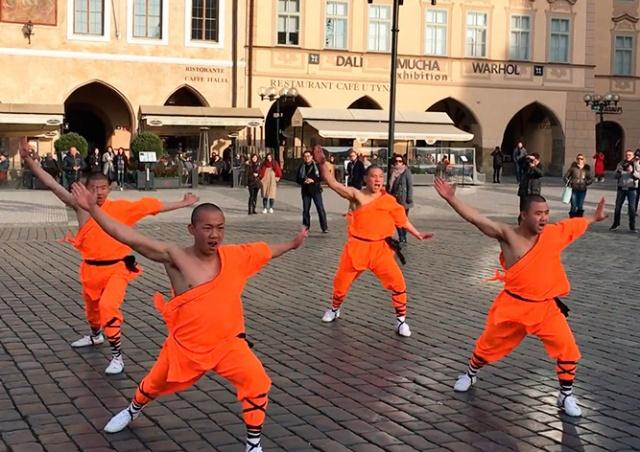 Шаолиньские монахи выступили на Староместской площади Праги: видео