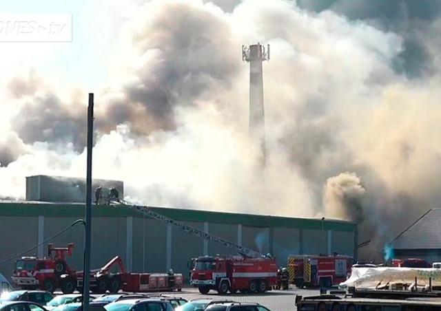 Крупный пожар под Прагой: горит склад мороженой продукции