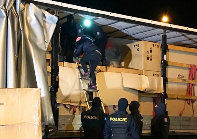 В Чехии задержали фуры с 35 нелегальными мигрантами