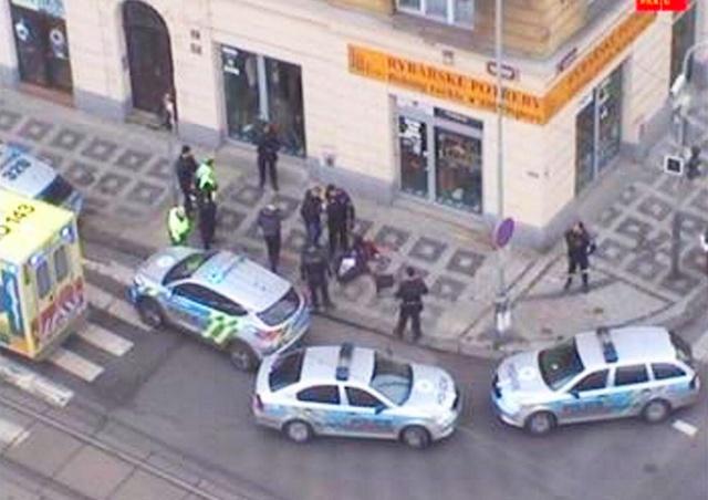 Мужчина открыл стрельбу у магазина в Праге
