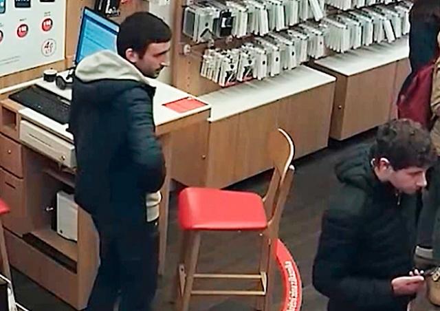 Кража денег из кассы пражского магазина попала на видео