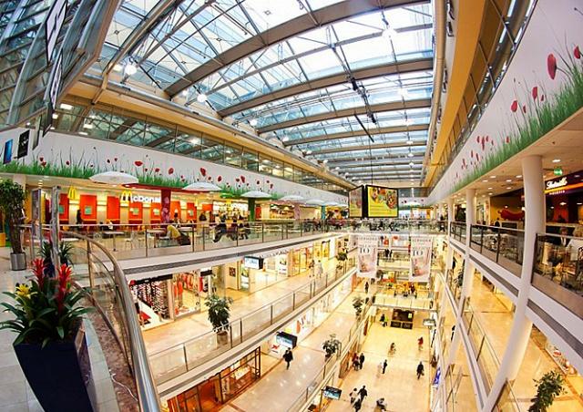 В пражском торговом центре насмерть разбился посетитель