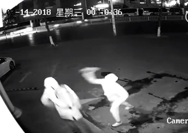 Горе-грабитель случайно «вырубил» сообщника кирпичом: видео