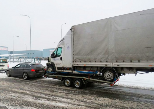 Иностранец в Чехии вез грузовик на прицепе легковушки