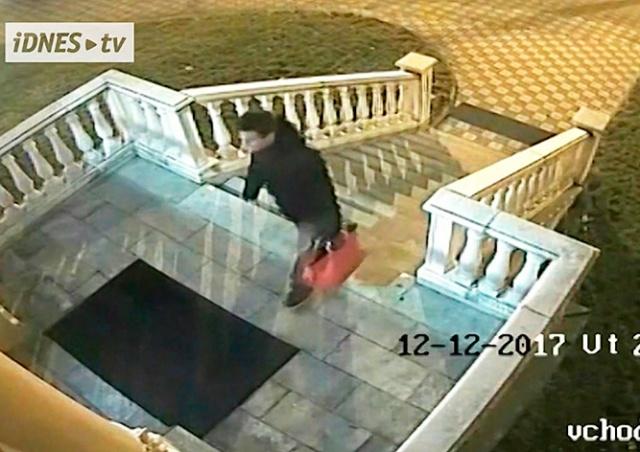 В Чехии неизвестный принес украденную сумку к дверям полиции