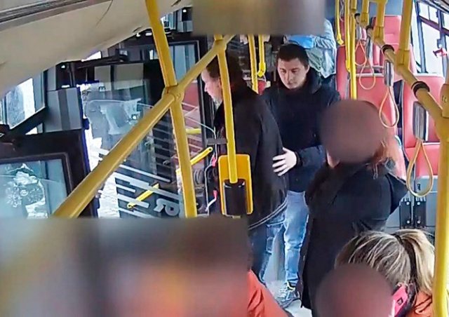 В Праге иностранцы избили пассажира автобуса: видео