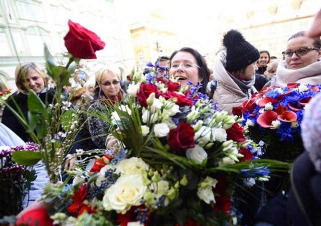 За политическую смелость: десятки пражан подарили цветы депутату Немцовой
