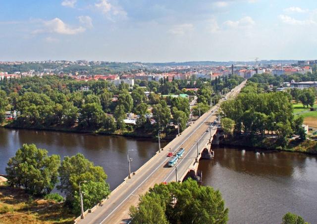Либеньский мост в Праге открыли для транспорта