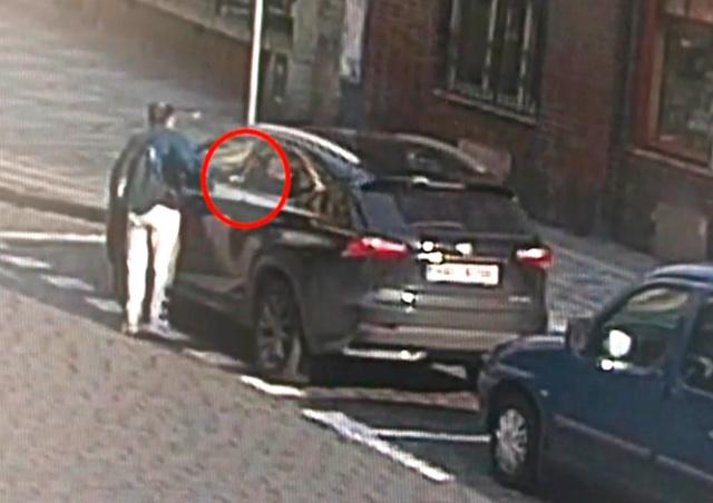 В Праге очевидцы не позволили вору украсть вещи из машины: видео