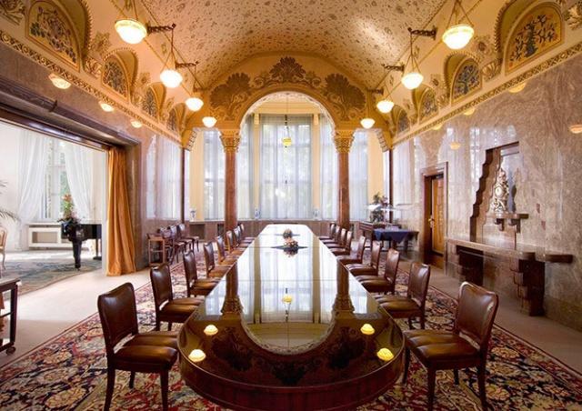 Премьер Чехии пригласил пражан в свою резиденцию
