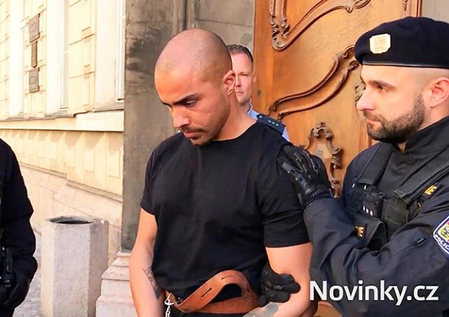 Суд вынес приговор иностранцам, избившим официанта в центре Праги