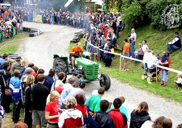 В Чехии прошли гонки на тракторах: видео