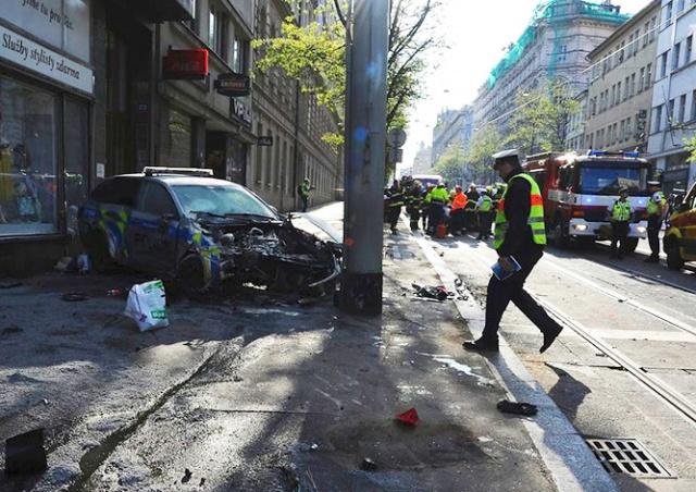 В Праге прохожие вытащили полицейского из горящего авто