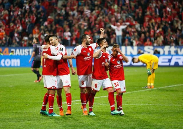 В Бундеслиге судья назначил пенальти в перерыве матча: видео