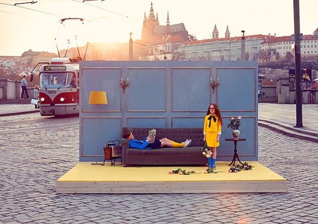 Комната посреди улицы: в Прагу привезли необычный фотопроект