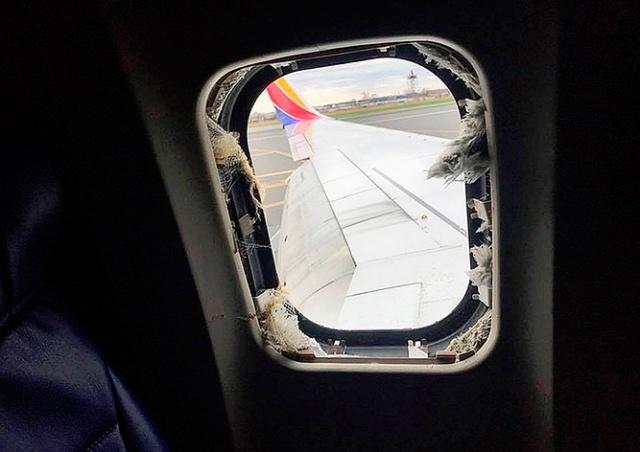 У «Боинга» в полете взорвался двигатель и выбило иллюминатор: видео