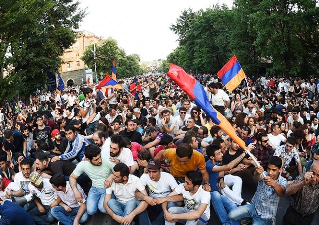 Премьер Армении ушел в отставку после массовых акций протеста