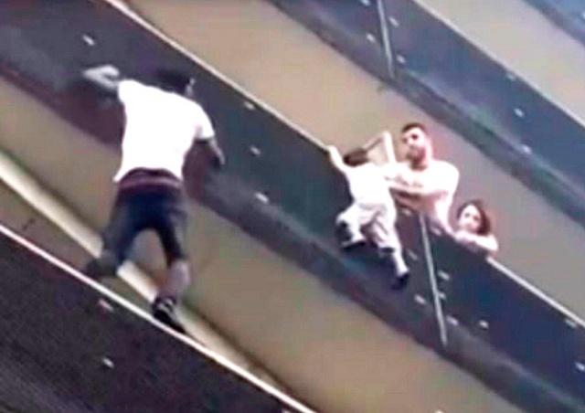 Мигрант стал героем Франции, забравшись на 5-й этаж ради чужого ребенка