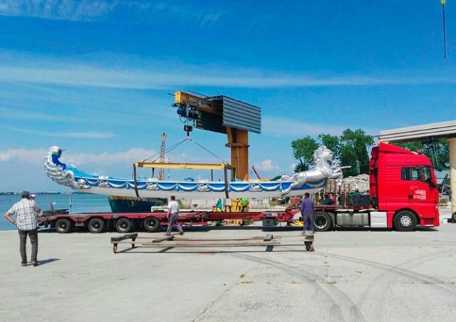 В Прагу доставили уникальные гондолы из Венеции: видео