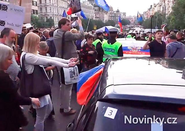 В Праге демонстранты едва не растерзали россиян, отмечавших День Победы