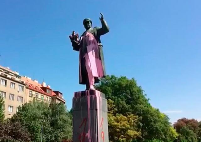 Вандалы осквернили памятник маршалу Коневу в Праге