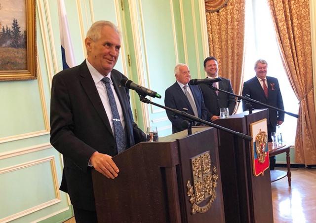 Президент Чехии посетил посольство РФ по случаю Дня Победы