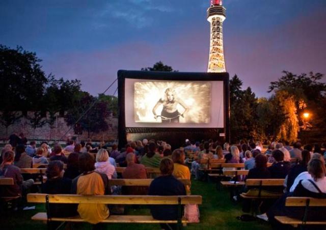 В Праге начал работу Kinobus — бесплатный кинотеатр под открытым небом