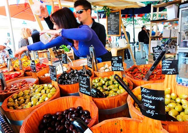 В центре Праги открылся французский продуктовый рынок