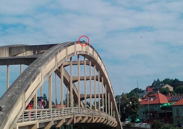 Чешские пожарные спасли мужчину, уснувшего на арке моста