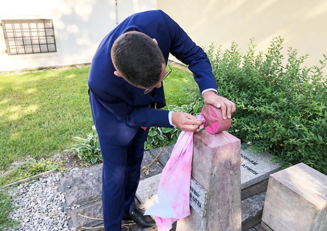 Пресс-секретарь президента Чехии очистил оскверненный памятник советским воинам
