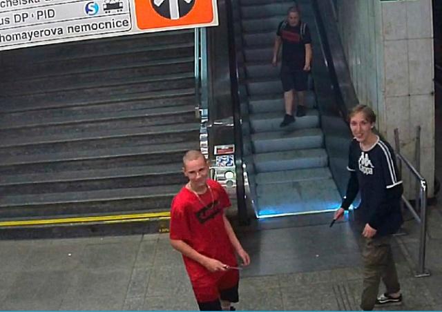 В пражском метро трое неизвестных с ножами ограбили школьников