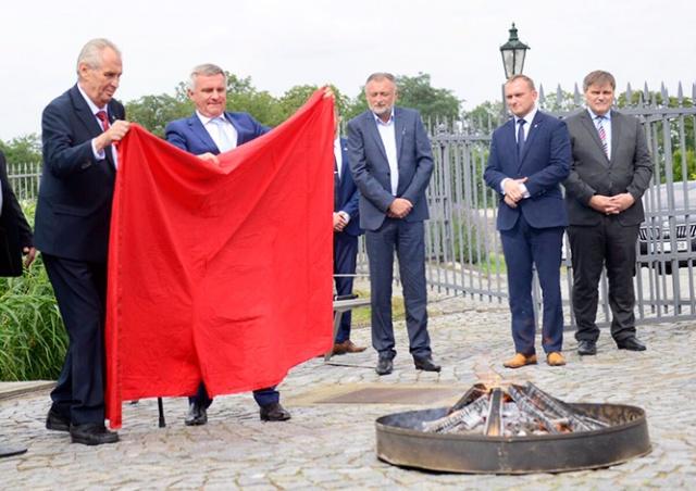 Президент Чехии сжег красные трусы: видео
