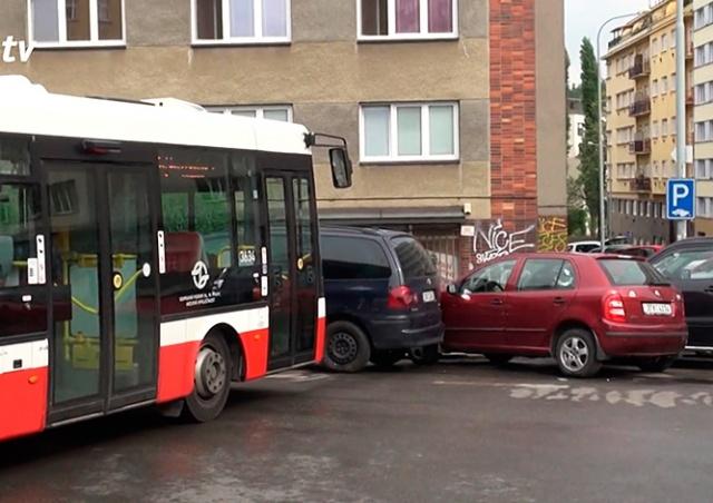 Покатившийся без водителя автобус повредил припаркованные авто в Праге