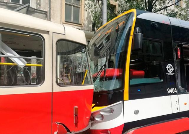 Два трамвая столкнулись в центре Праги: 20 пострадавших
