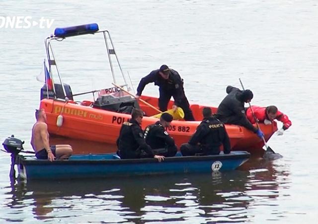 В Праге семья каталась на катамаране и обнаружила труп человека