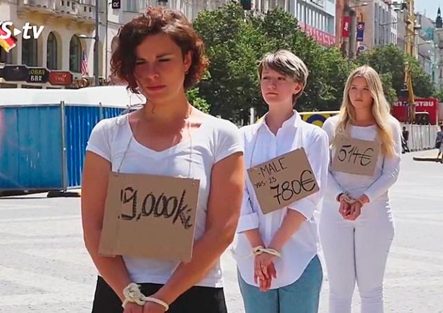 В центре Праги «продавали» беженцев: видео