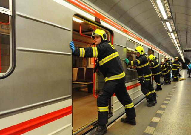 Человек бросился под поезд в метро Праги