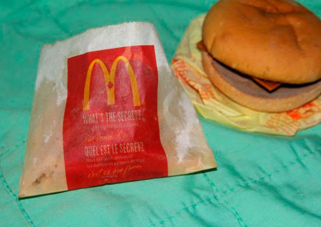 Канадцу предложили $150 за шестилетний чизбургер из McDonald's