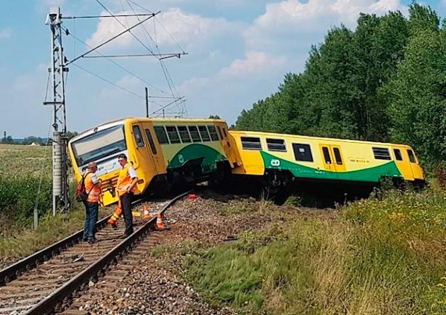 В Чехии пассажирский поезд столкнулся с трактором