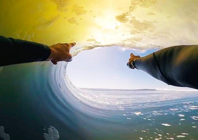 Серфер поймал «волну всей жизни»: впечатляющее видео