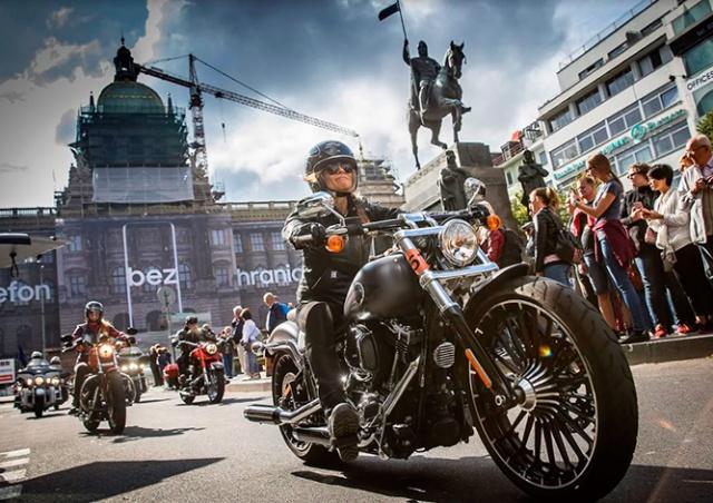 В субботу тысячи мотоциклов Harley-Davidson проедут по центру Праги