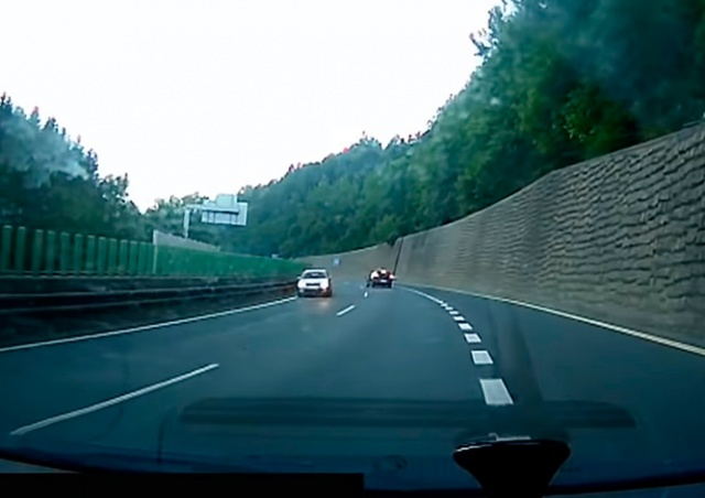 В Чехии водитель выехал на встречку и устроил ДТП: видео