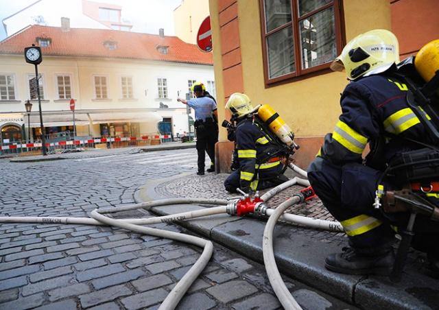 Столб газа выгнал жителей из домов в центре Праги: видео