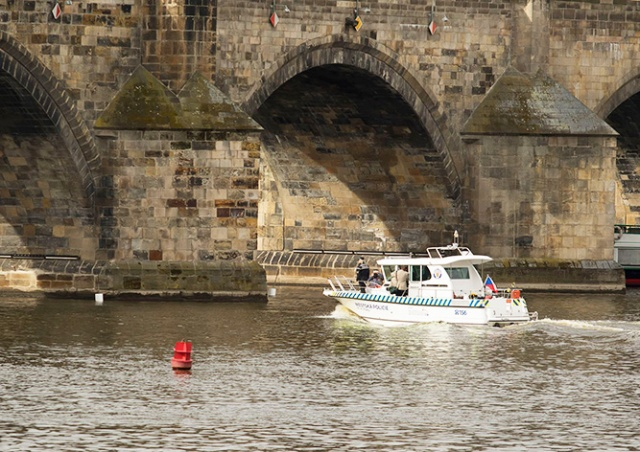 В Праге вандал-иностранец прыгнул в реку, убегая от полиции
