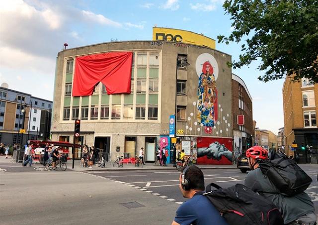 Привет Земану: в Лондоне вывесили гигантские красные трусы