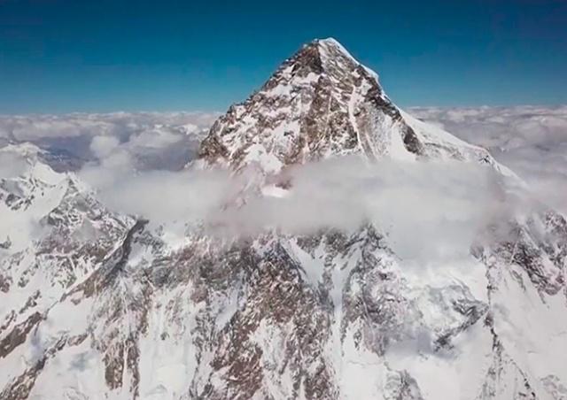 Польский лыжник первым в мире съехал с самой опасной горы планеты: видео